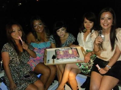 船上でサプライズバースデーケーキと美女たち