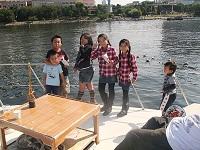 船上デッキで楽しむ子どもたち