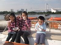 船上デッキでBBQを味わう子どもたち
