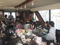 船上ビンゴ大会を楽しむお客様たち