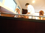 船内でイタリアンシェフがお料理