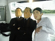 政治家のマスクをかぶる3人組
