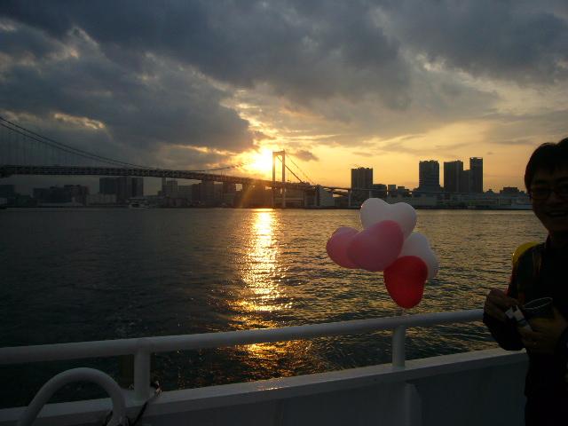 船内から眺める夕日
