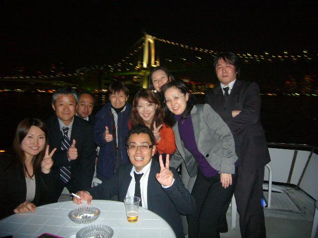 レインボーブリッジを背景に集合写真