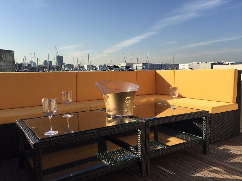 オレンジ色のソファとグラス
