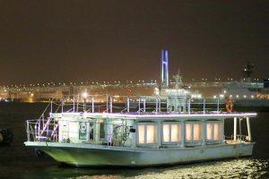 夜の海上に浮かぶオリエンタル号
