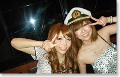 船長帽を被った笑顔の女性