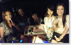 笑顔の女性5名