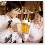 生ビールで乾杯する男女