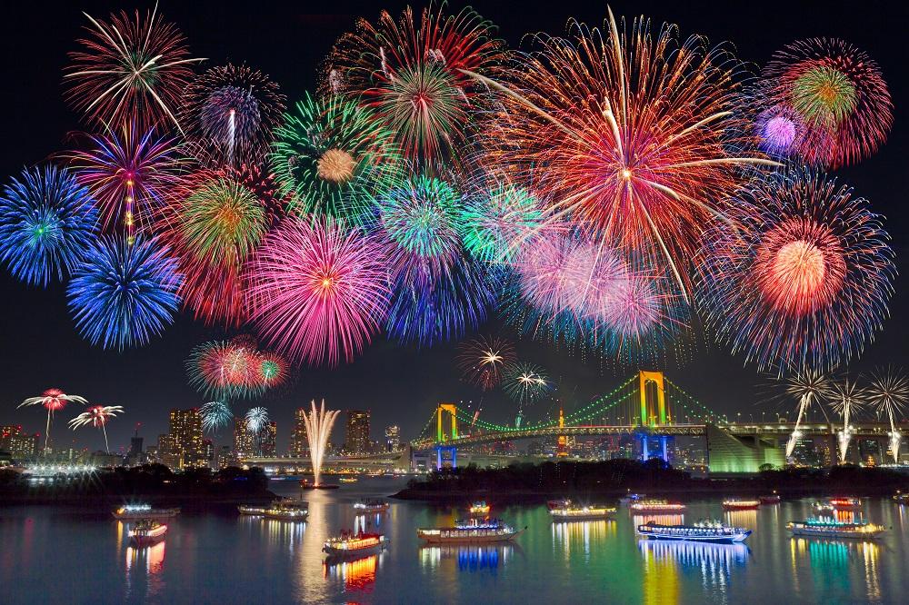 東京湾に上がる花火の数々
