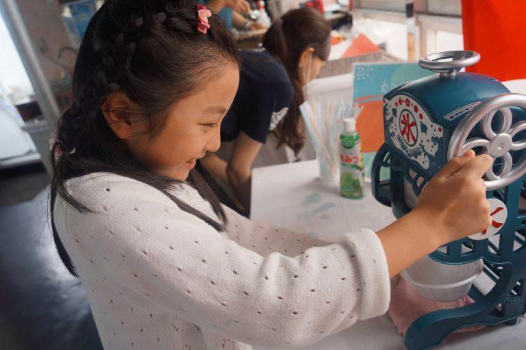 かき氷機で氷を削る女の子
