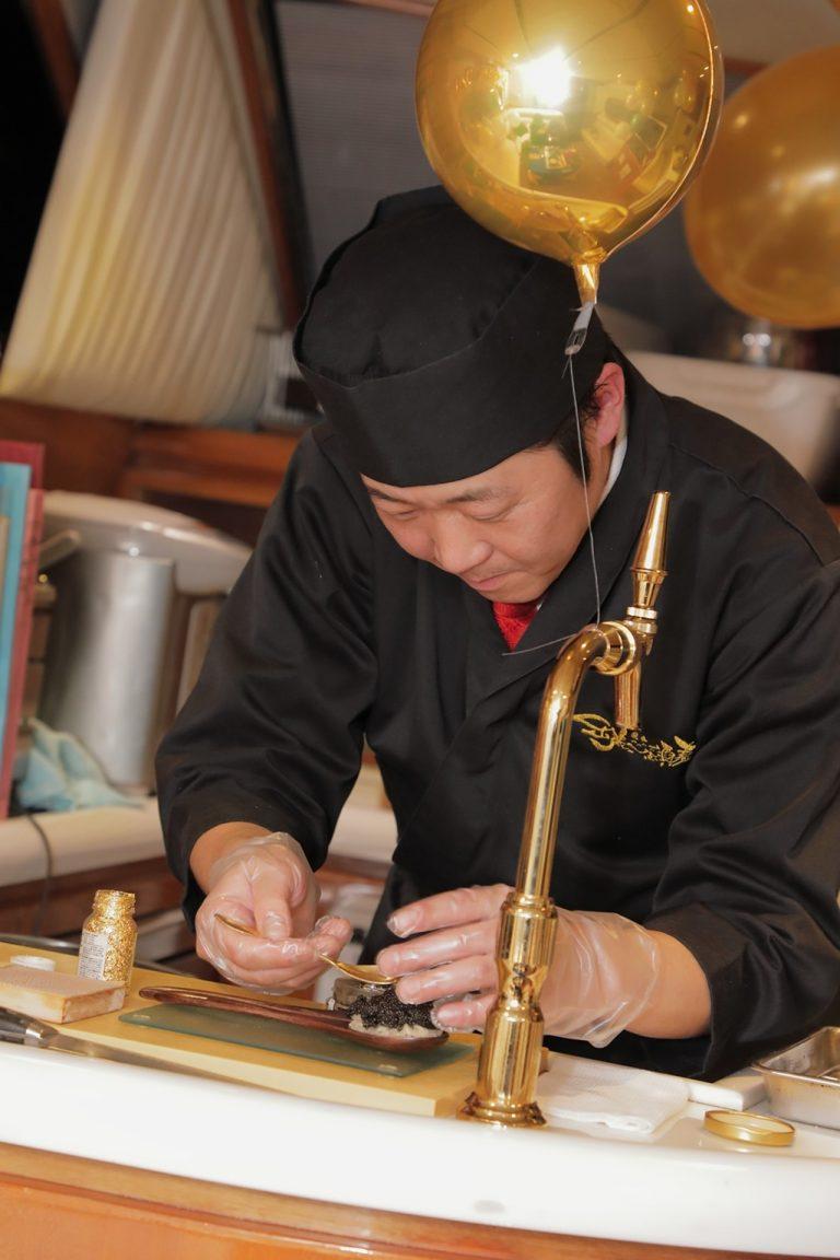 寿司職人が寿司を握っている