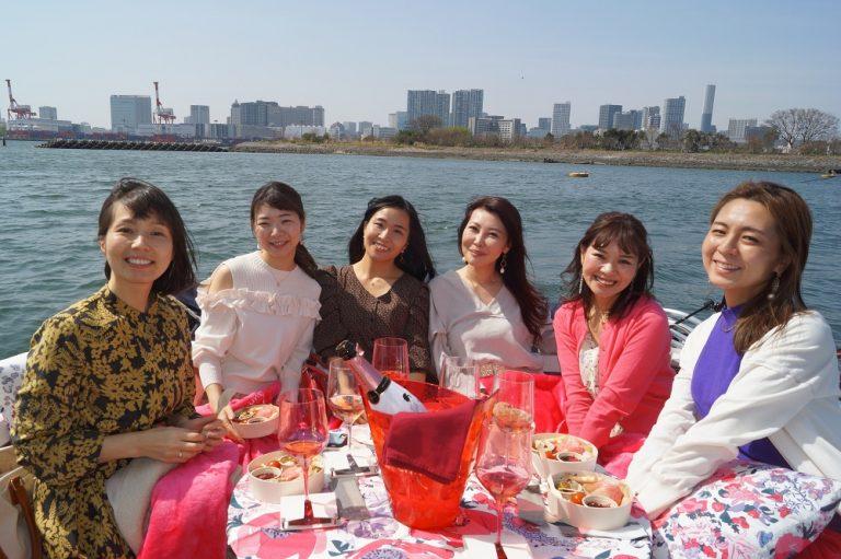 クルーザーで女子会を楽しむ女性たち