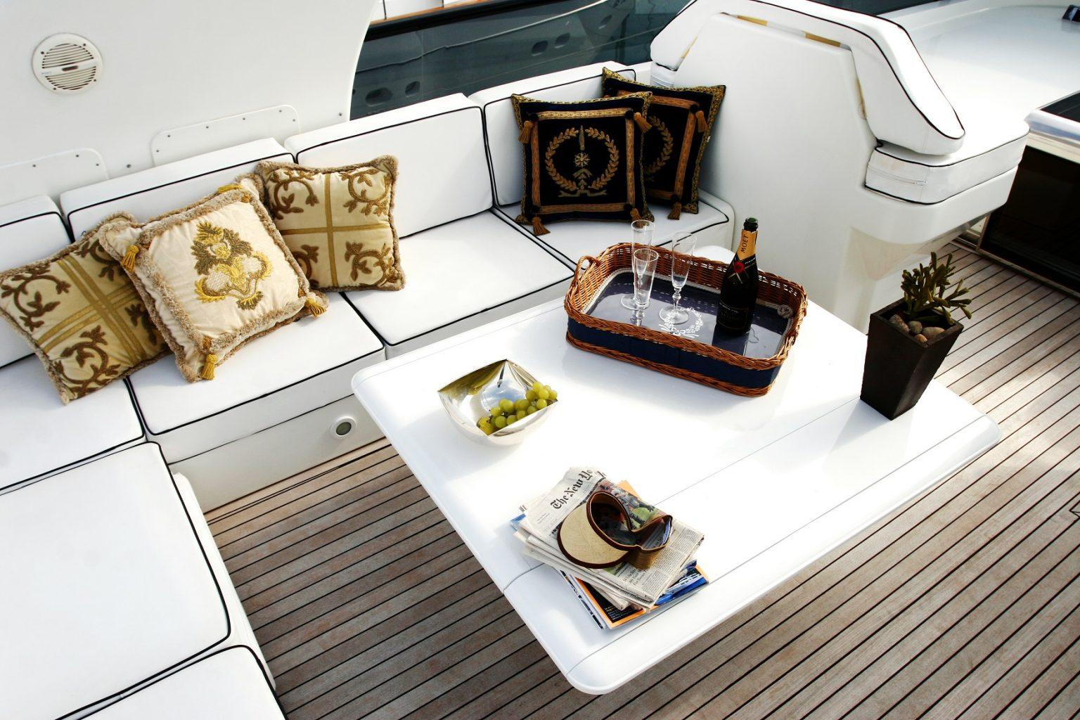 貸切クルージング船内ソファー席とシャンパーニュ