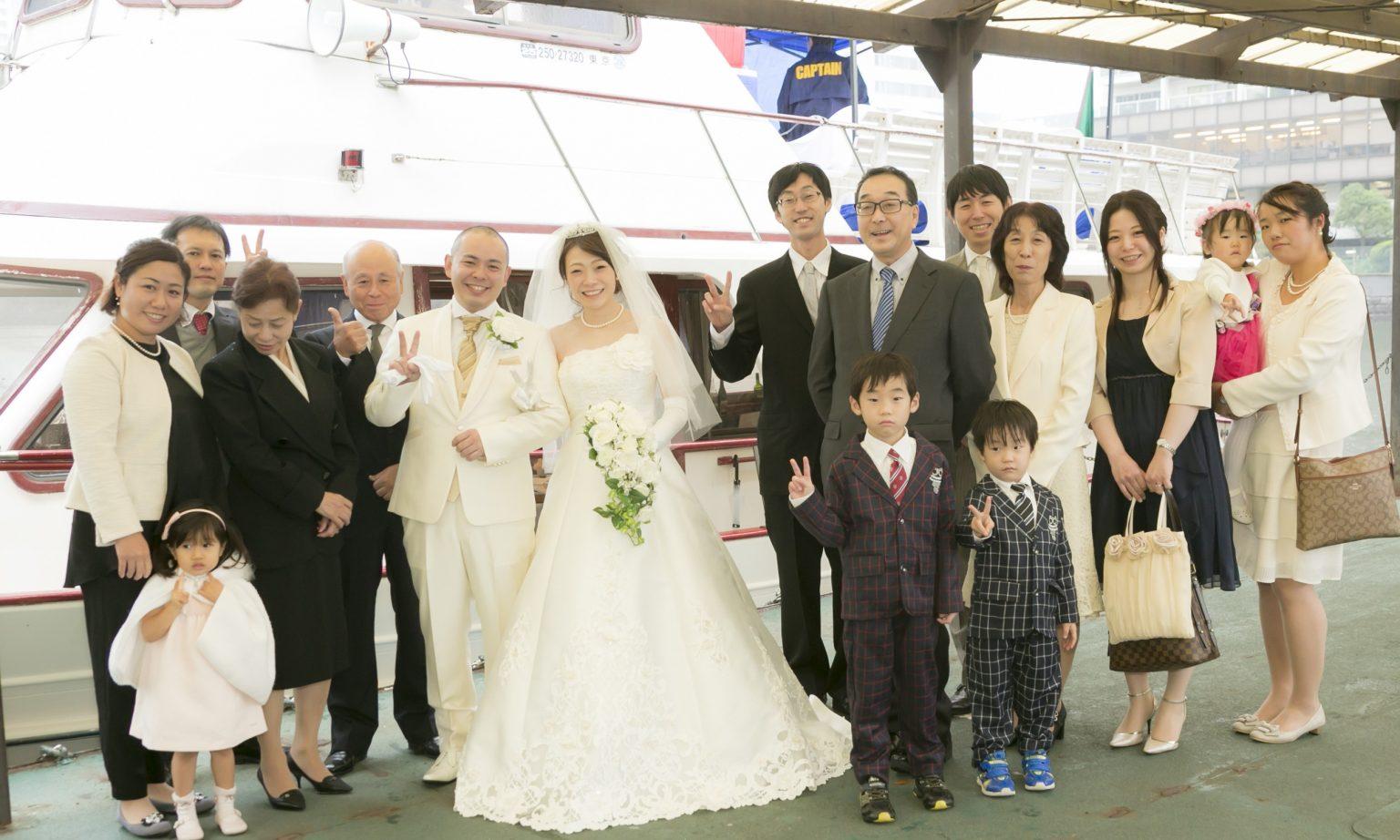純白ウエディングドレスの新郎新婦とご家族