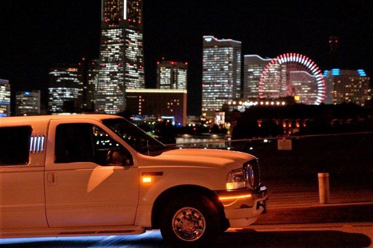 リムジンと横浜の夜景