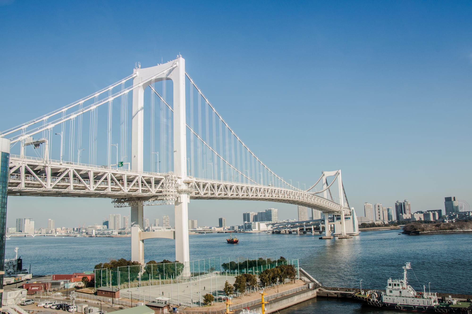 東京湾のレインボーブリッジ
