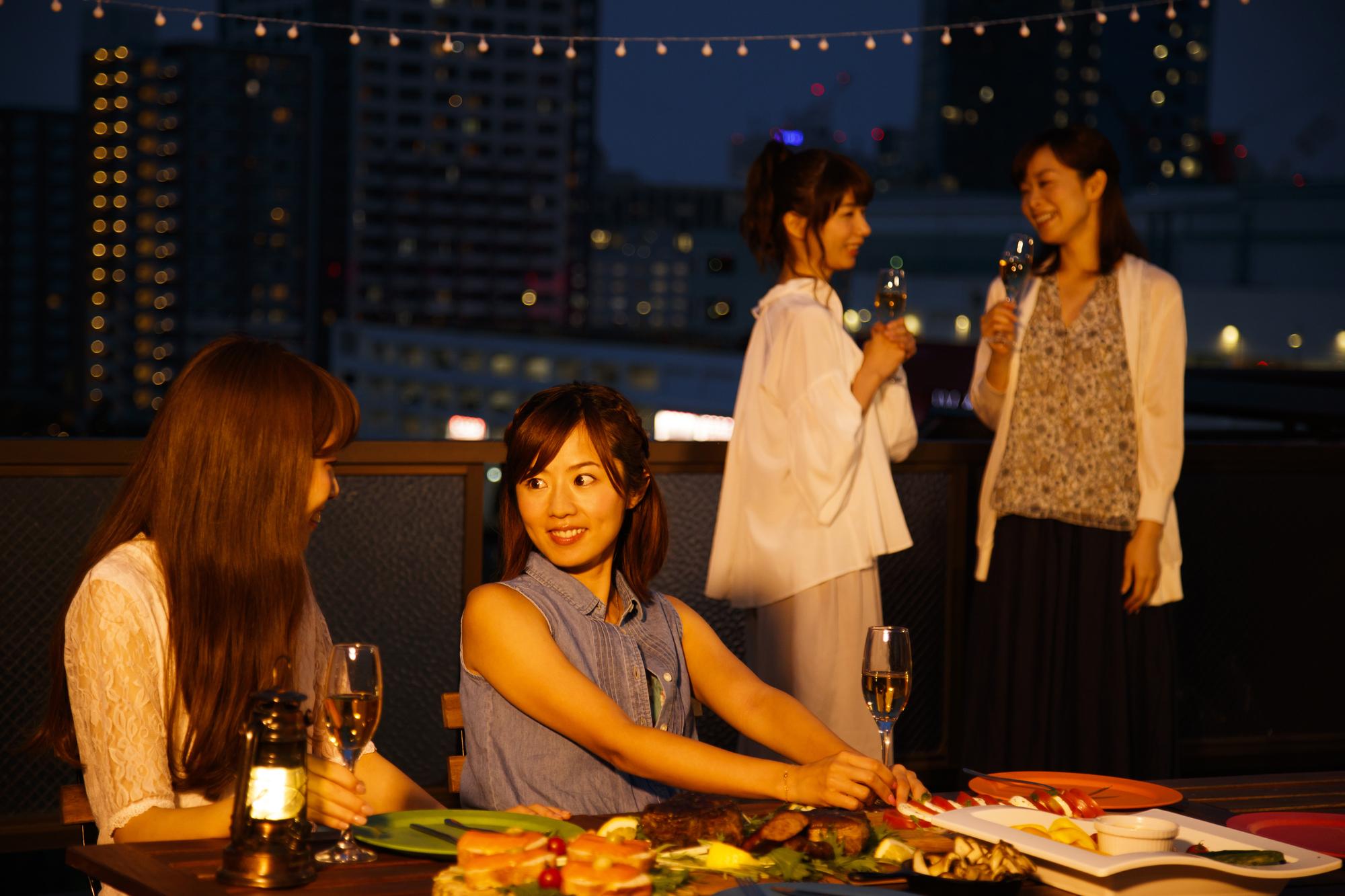 料理やお酒を楽しみながら談笑