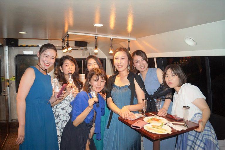青のシミラールックの女性たち