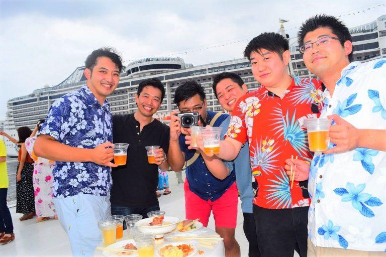 アロハシャツを着た男性たち