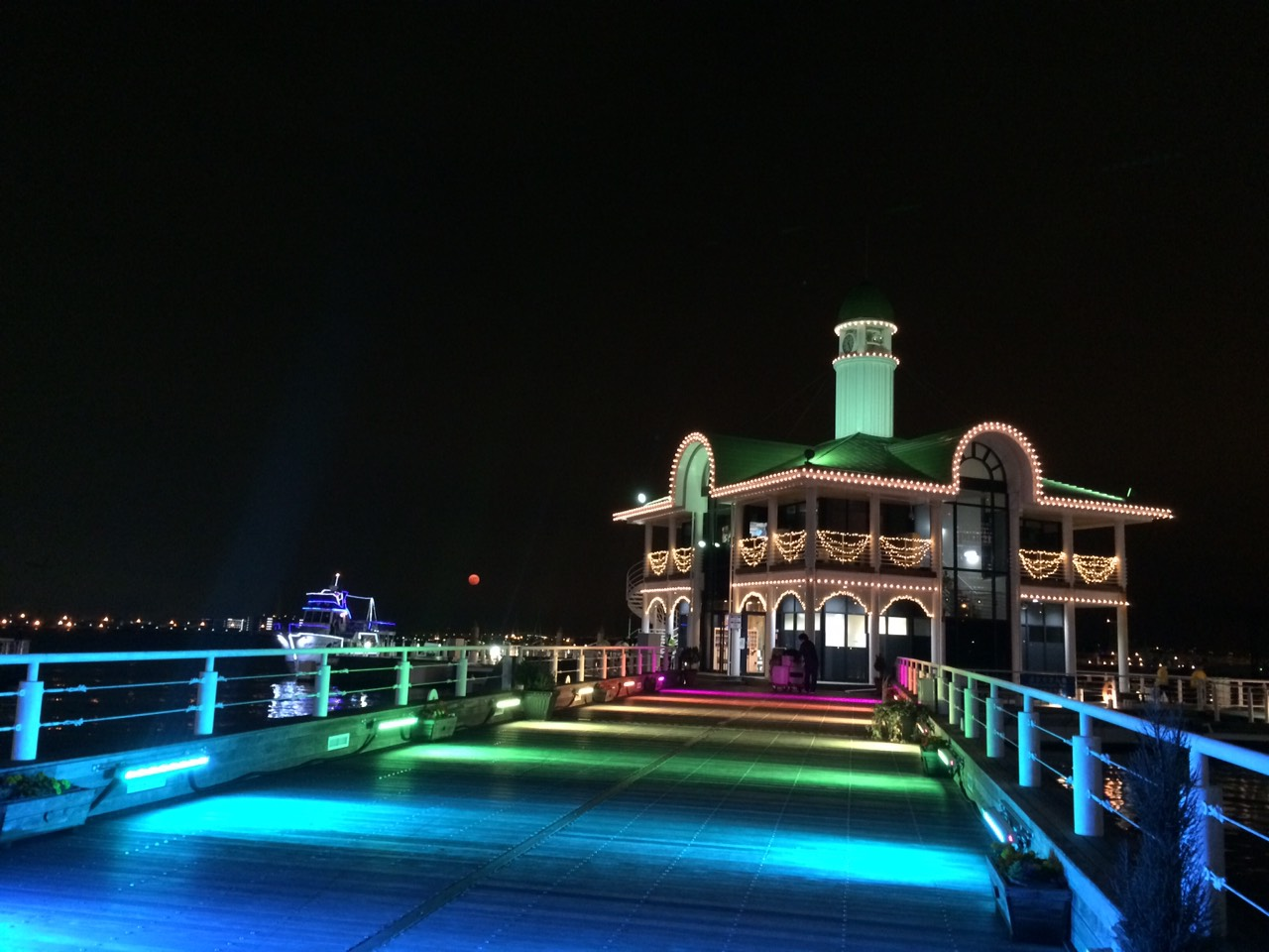 みなとみらいぷかりさん橋の夜景の写真