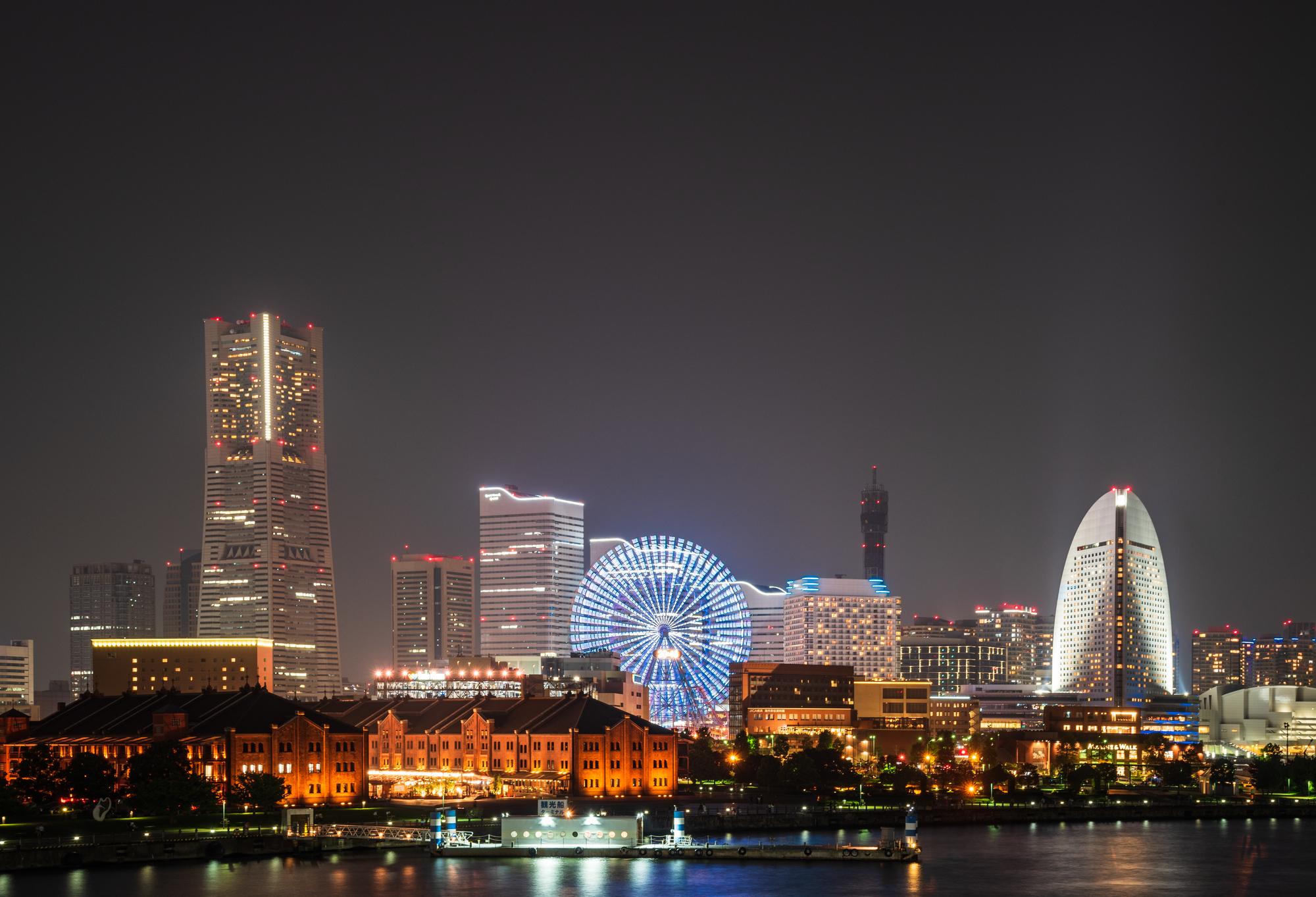 観覧車や赤レンガ倉庫など横浜の美しい夜景