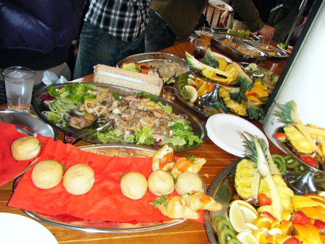 肉料理やパン、フルーツ盛り合わせなどの料理