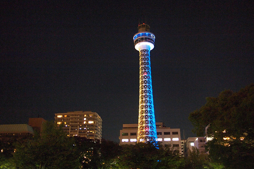 夜の街に輝くタワー