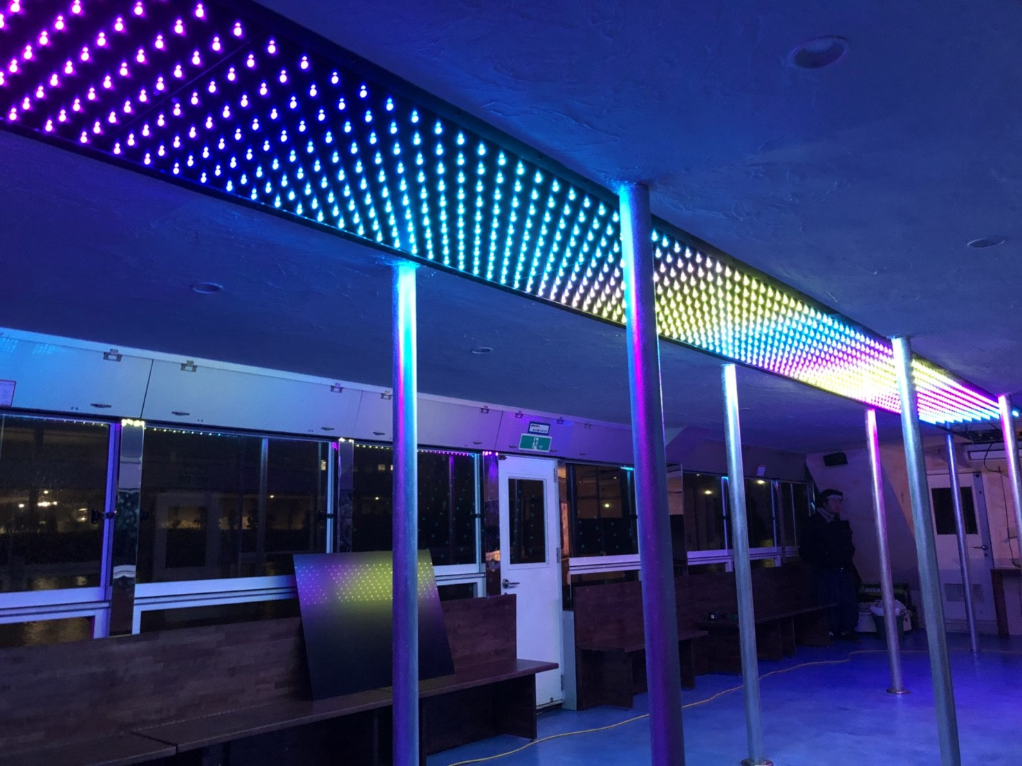 LEDで光の装飾がされた船内