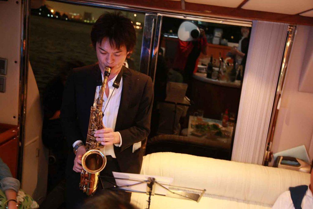 サックスを演奏する男性