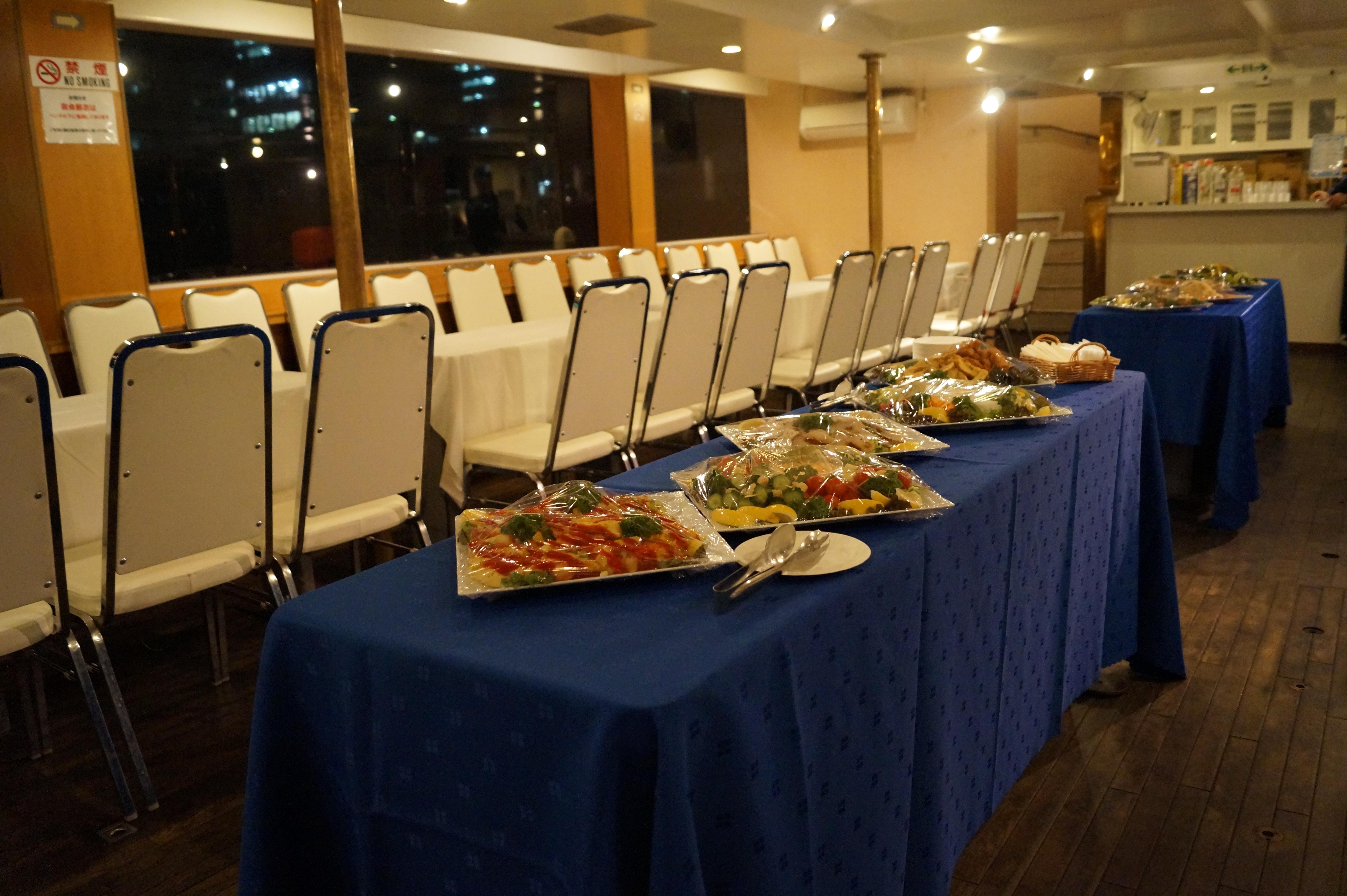 パーティー船にならぶ料理