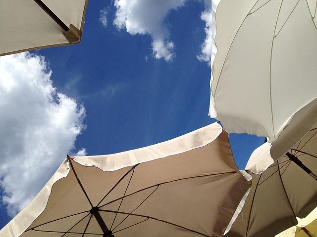 パラソルの間から見える青空