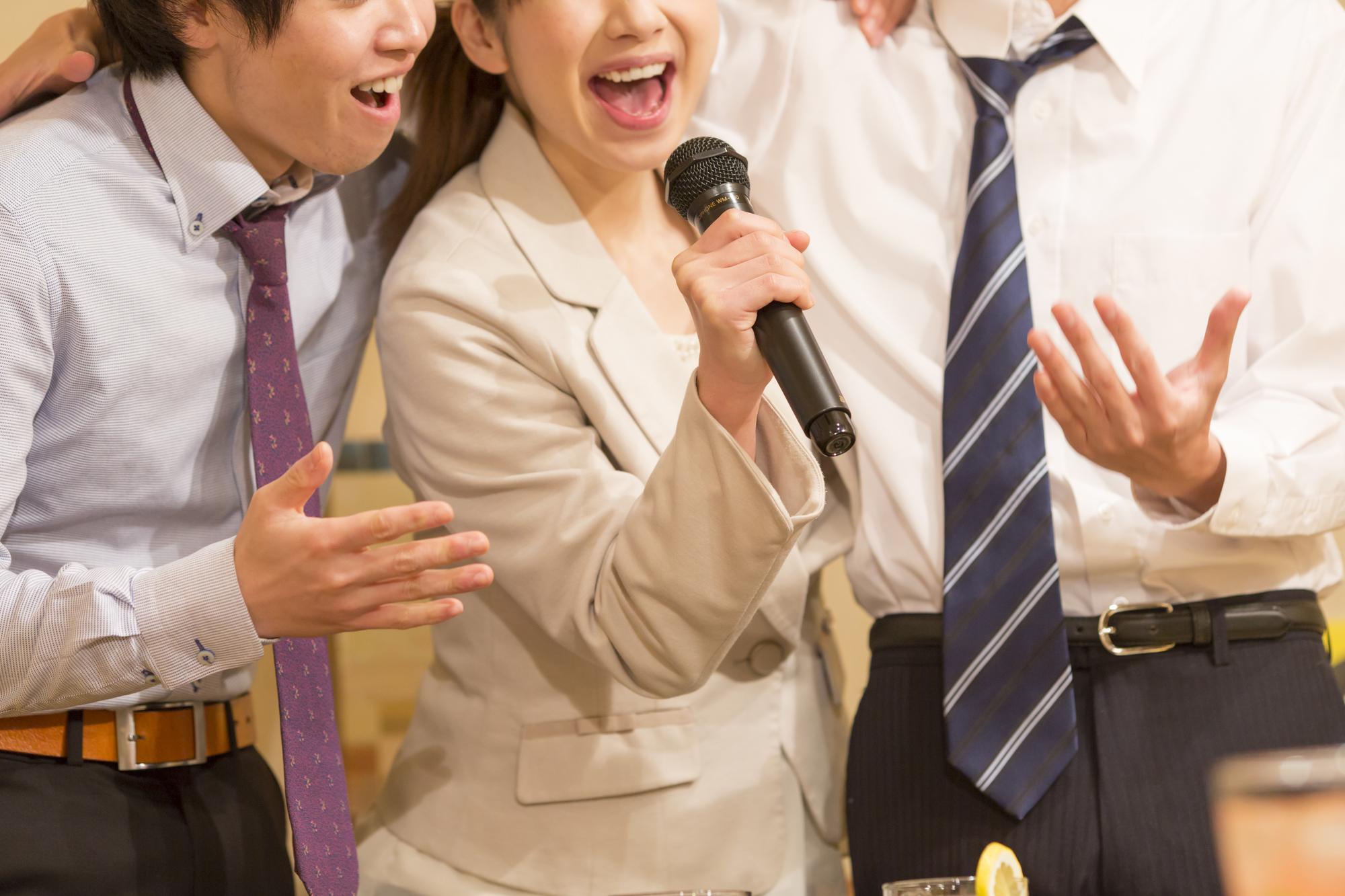 男女3人で歌うカラオケ