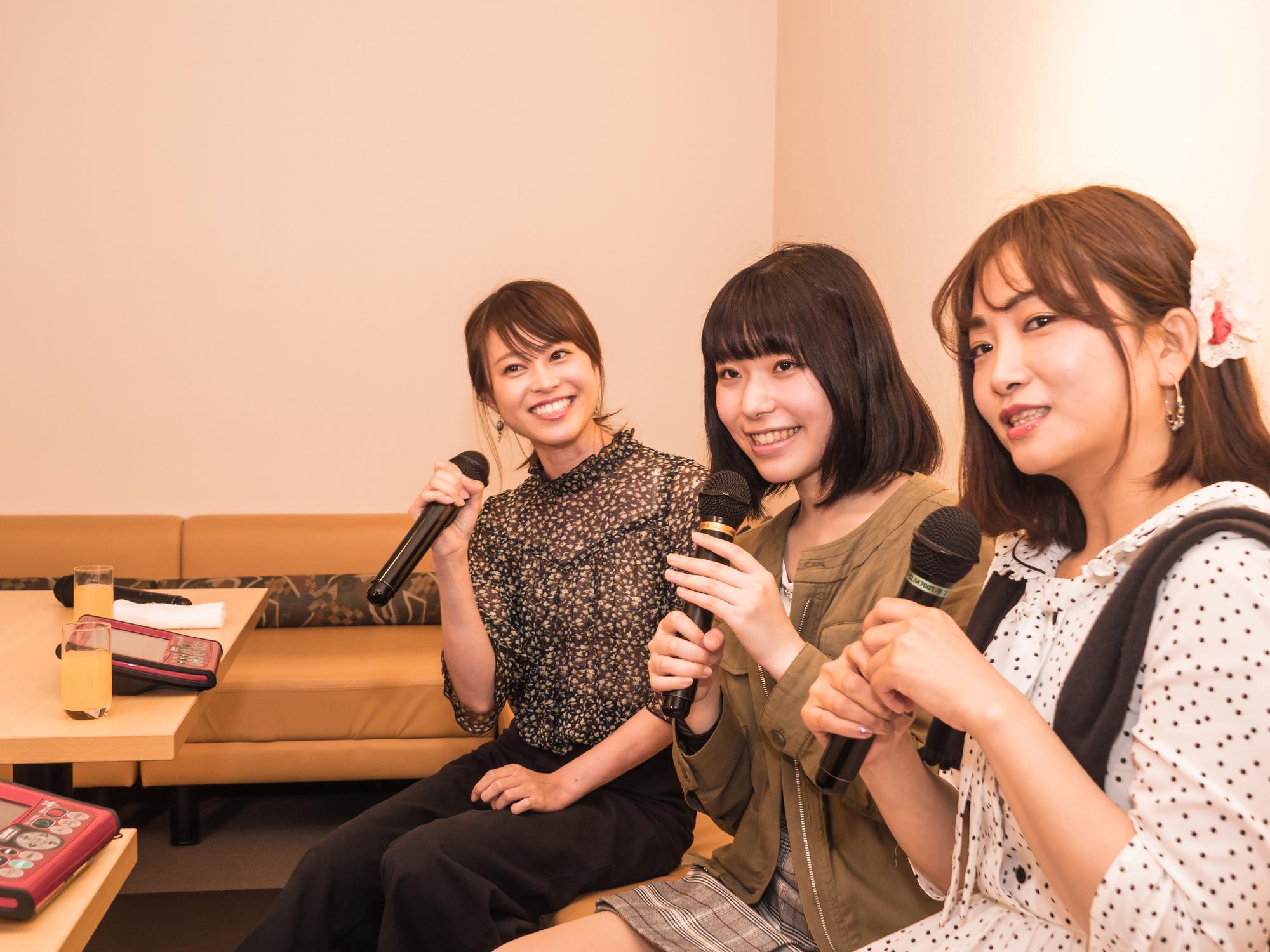 女性3人で歌うカラオケ
