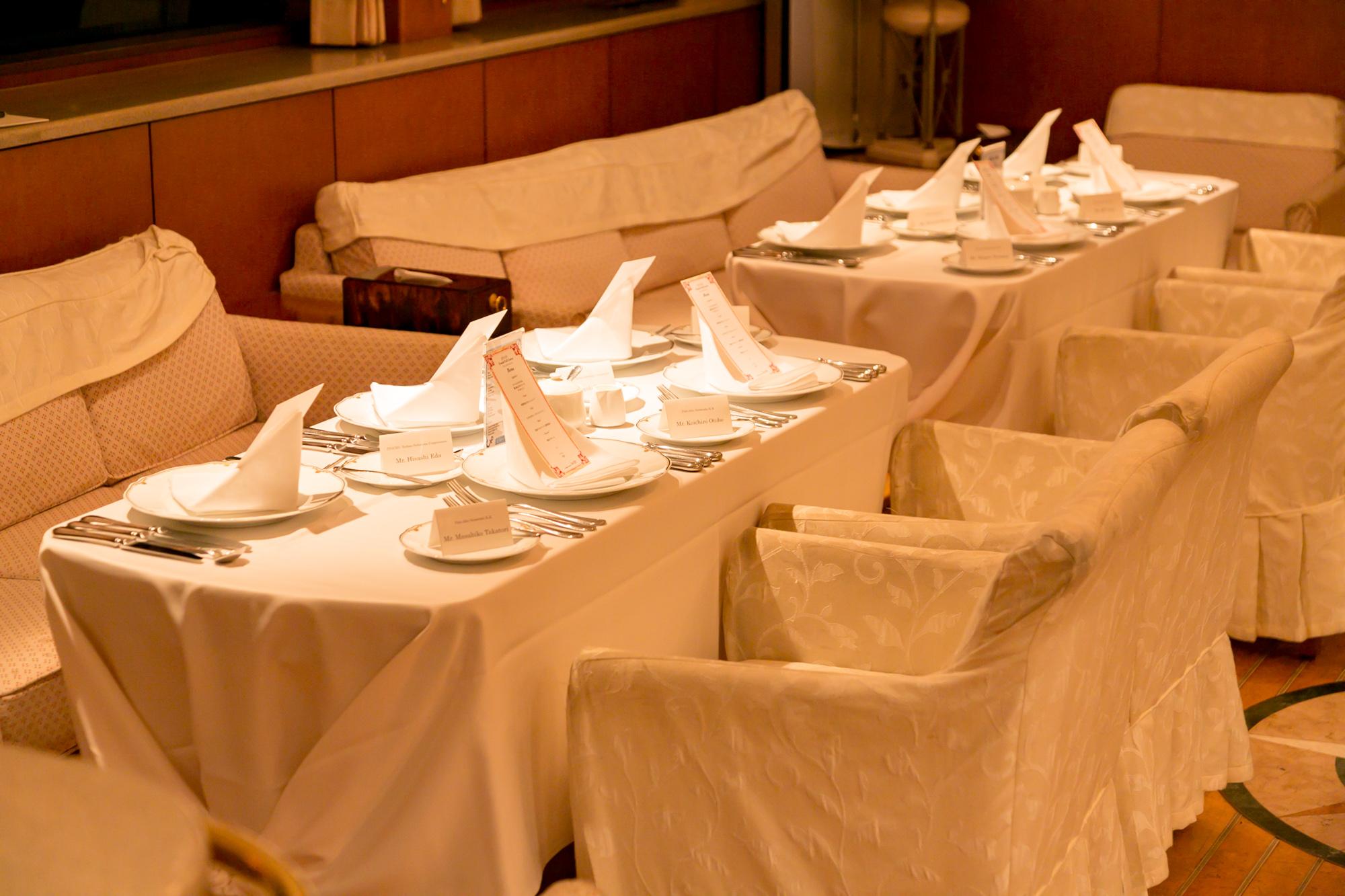 船内にセットされたテーブルとソファ席