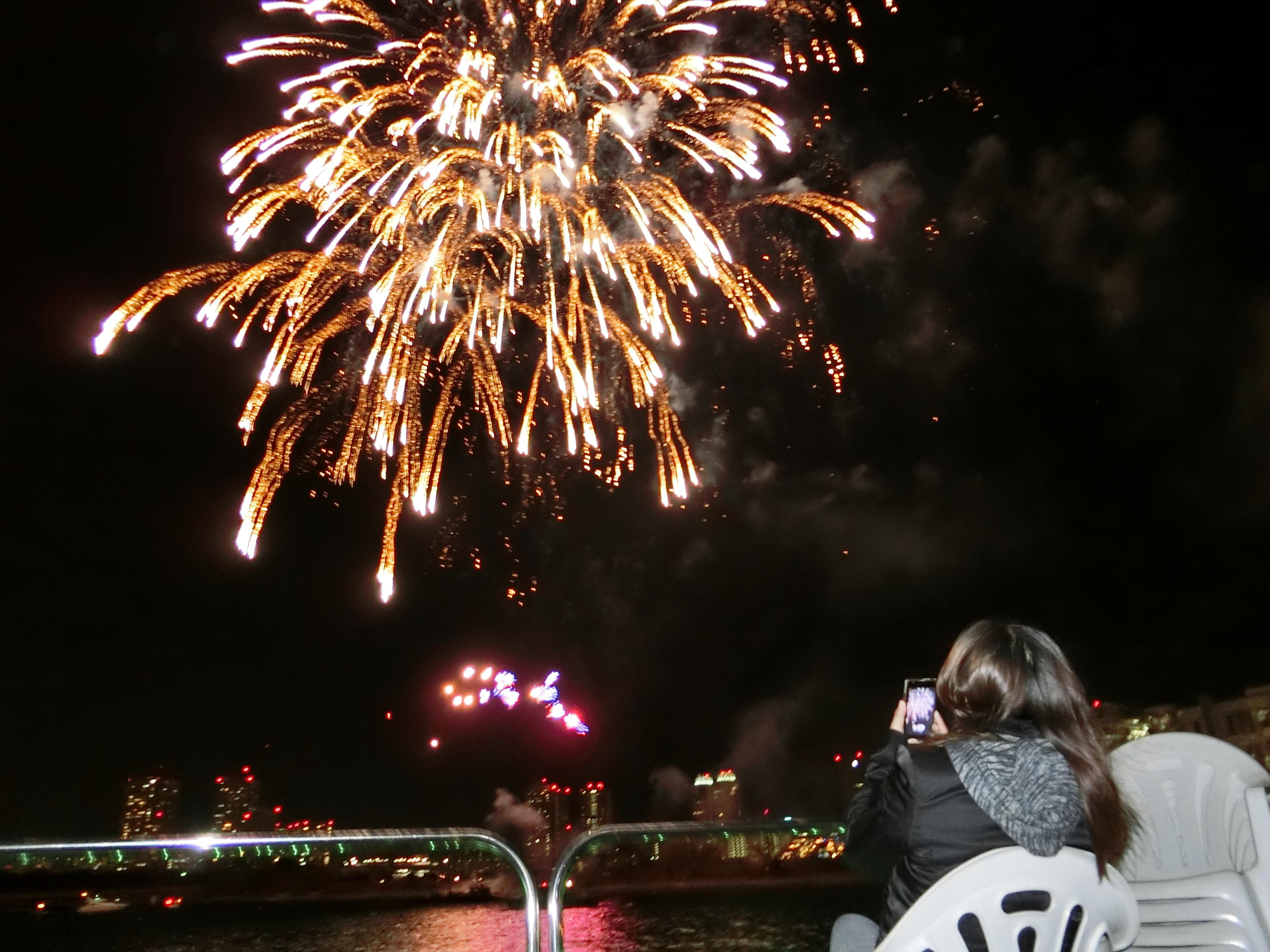 クルーザーから花火を眺めている観客