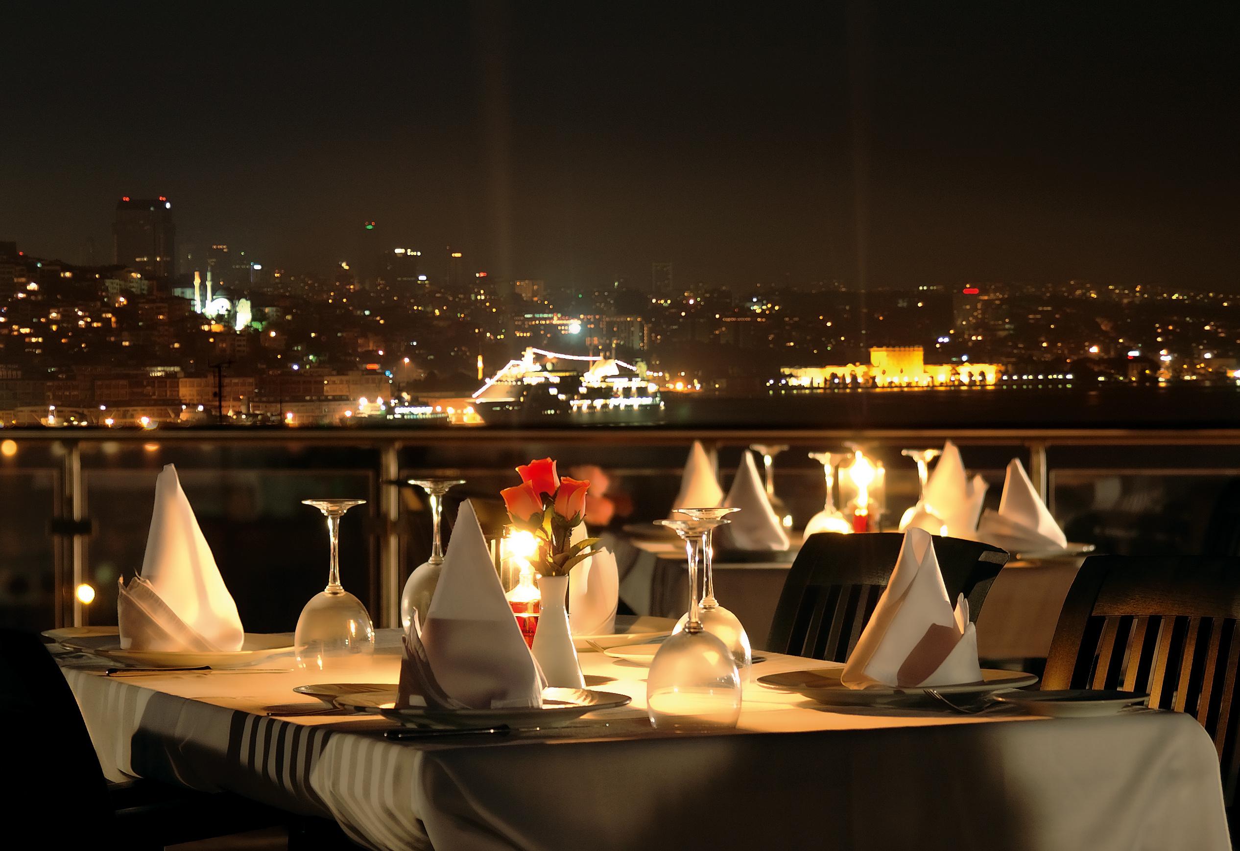 船上のディナーテーブル