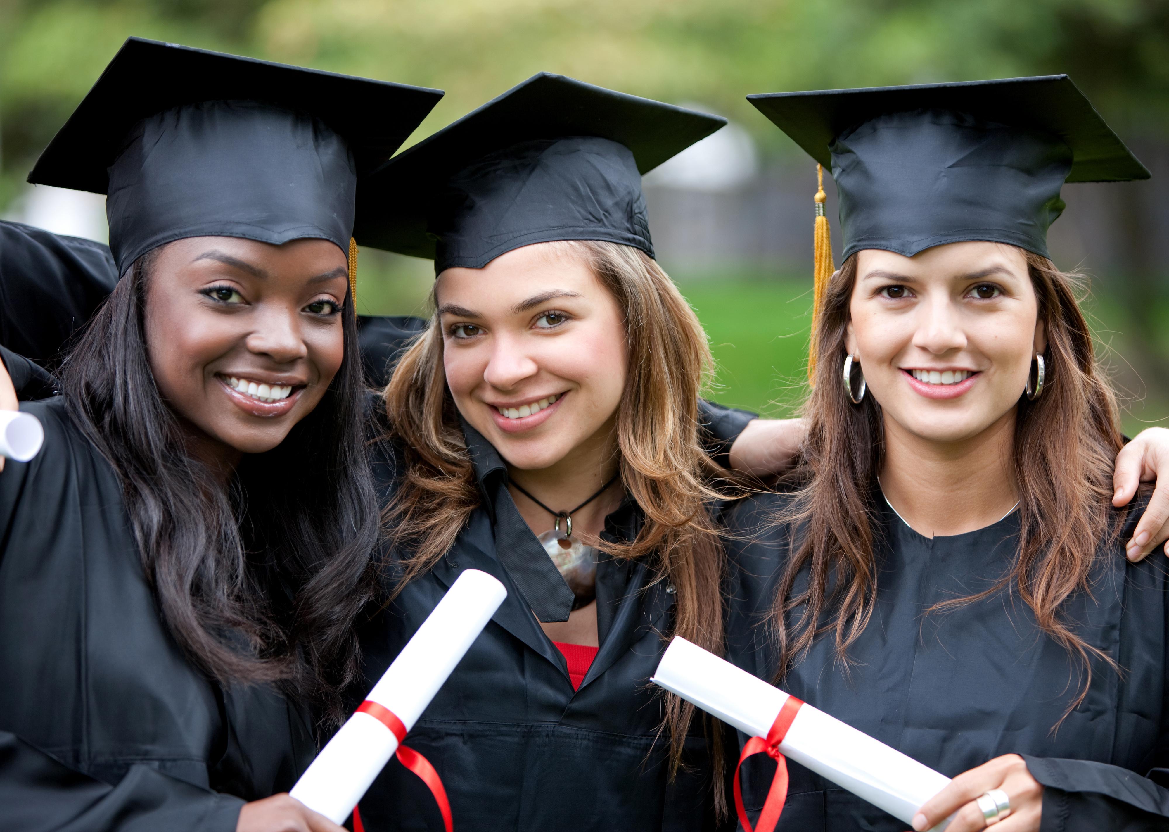 大学を卒業する女性たち
