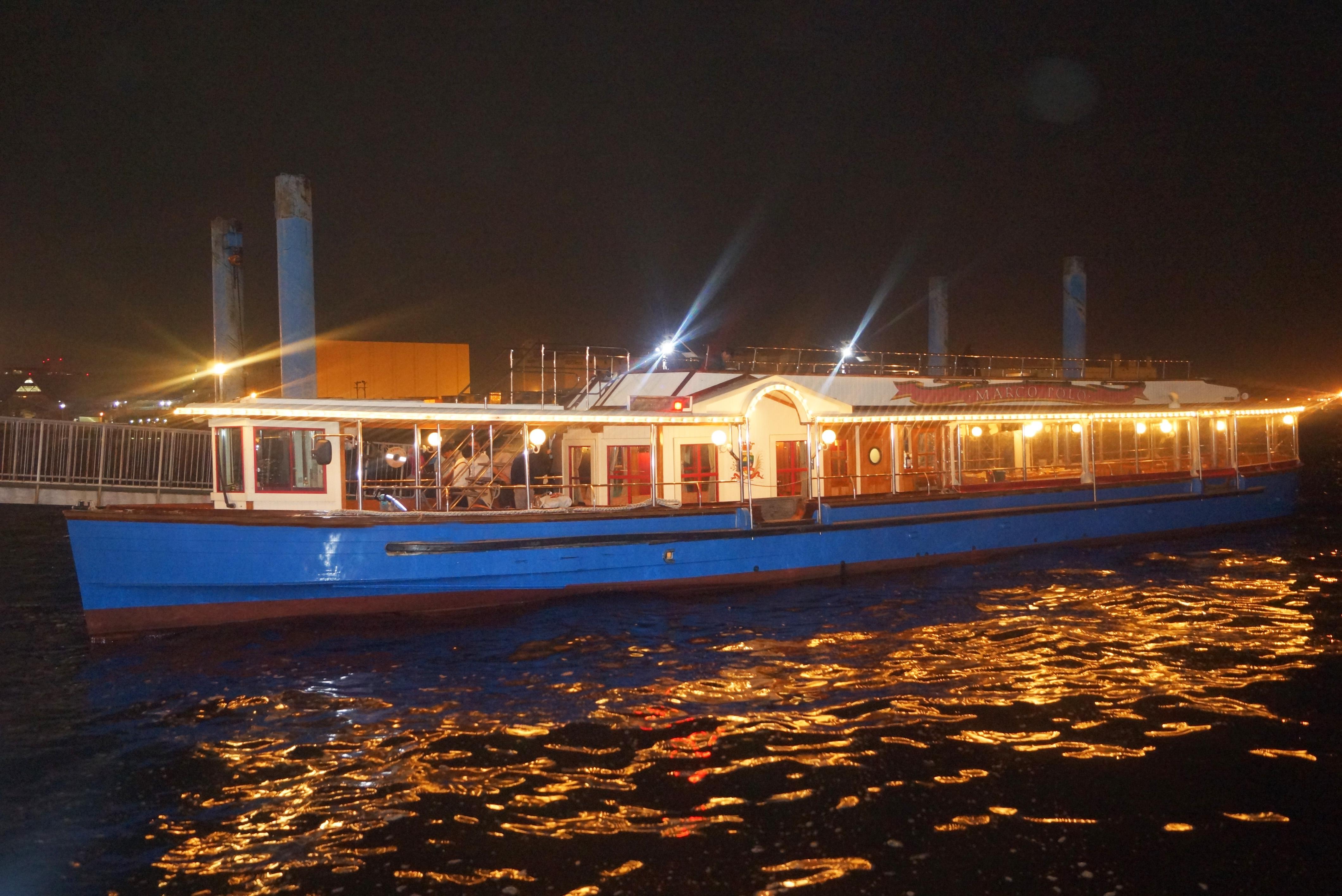 ナイトクルージングに出航するクルーザー