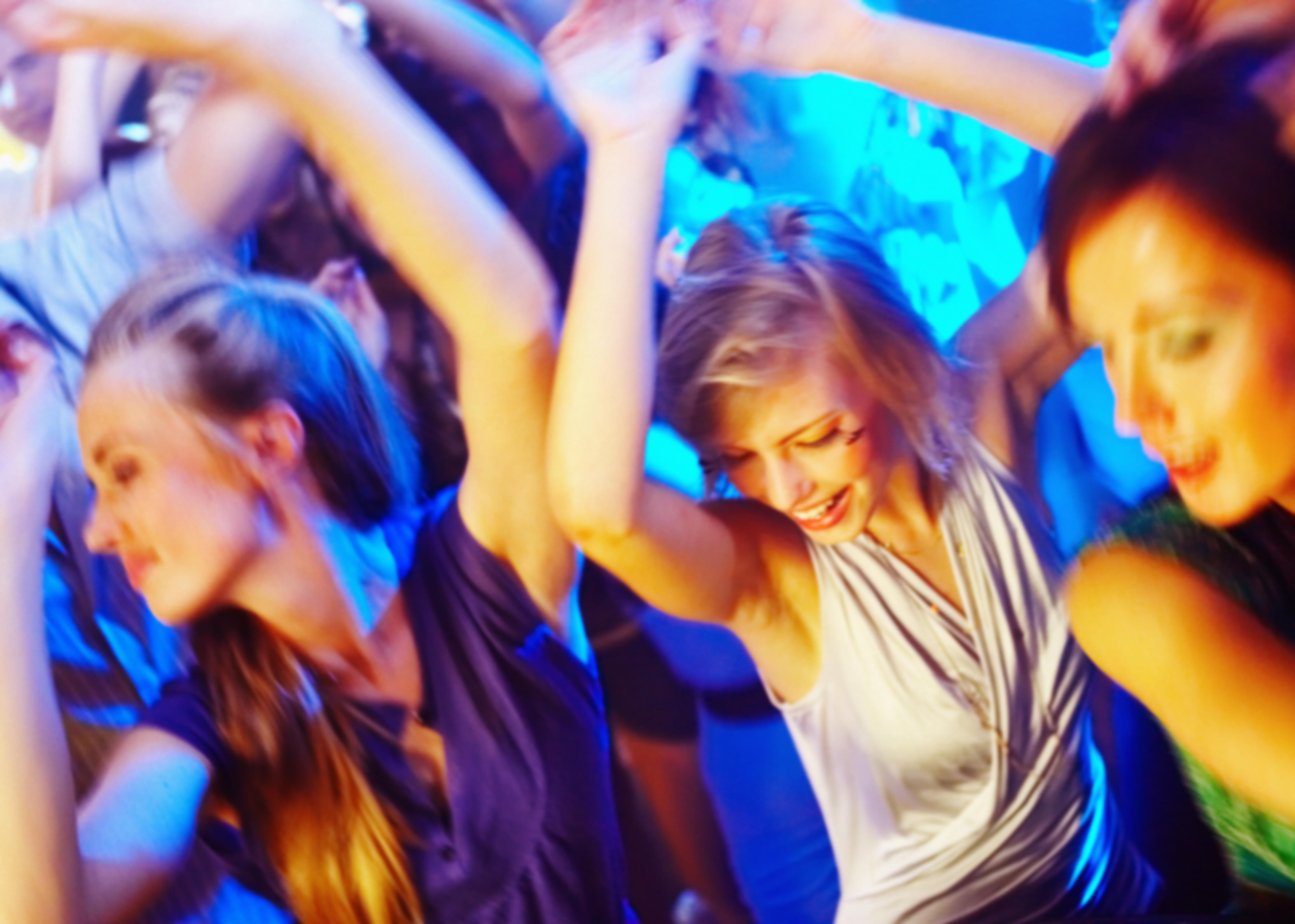 ダンスをしている若い女性たち