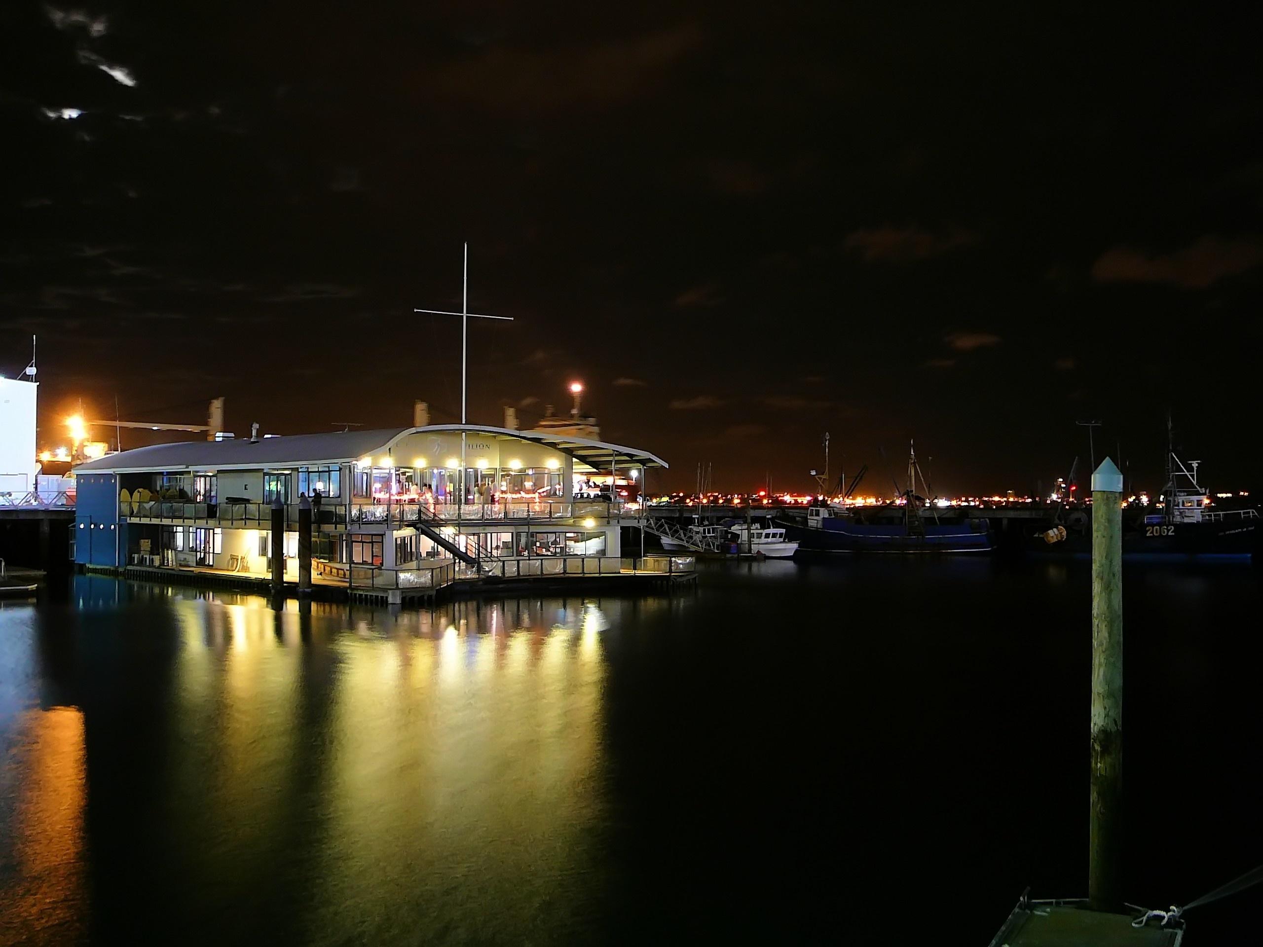 船が集まる乗船場