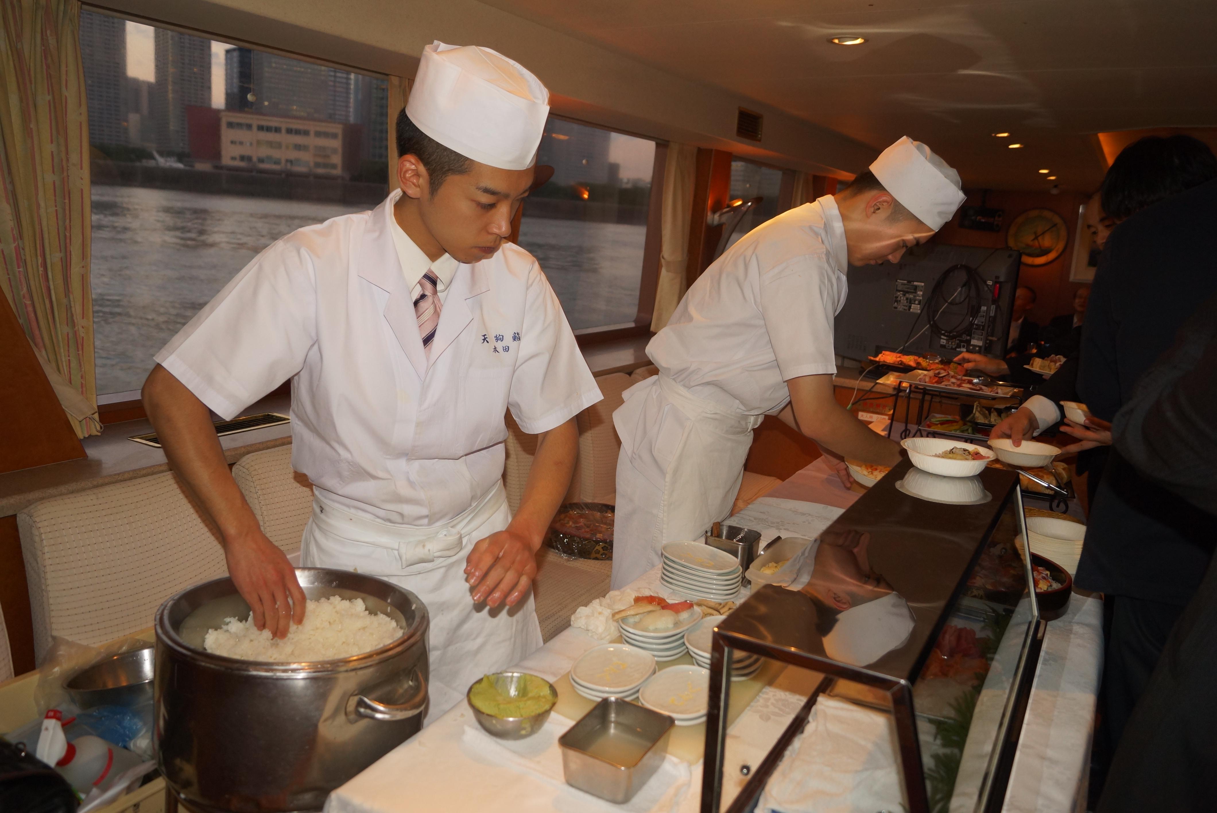 船内で寿司を握る職人たち