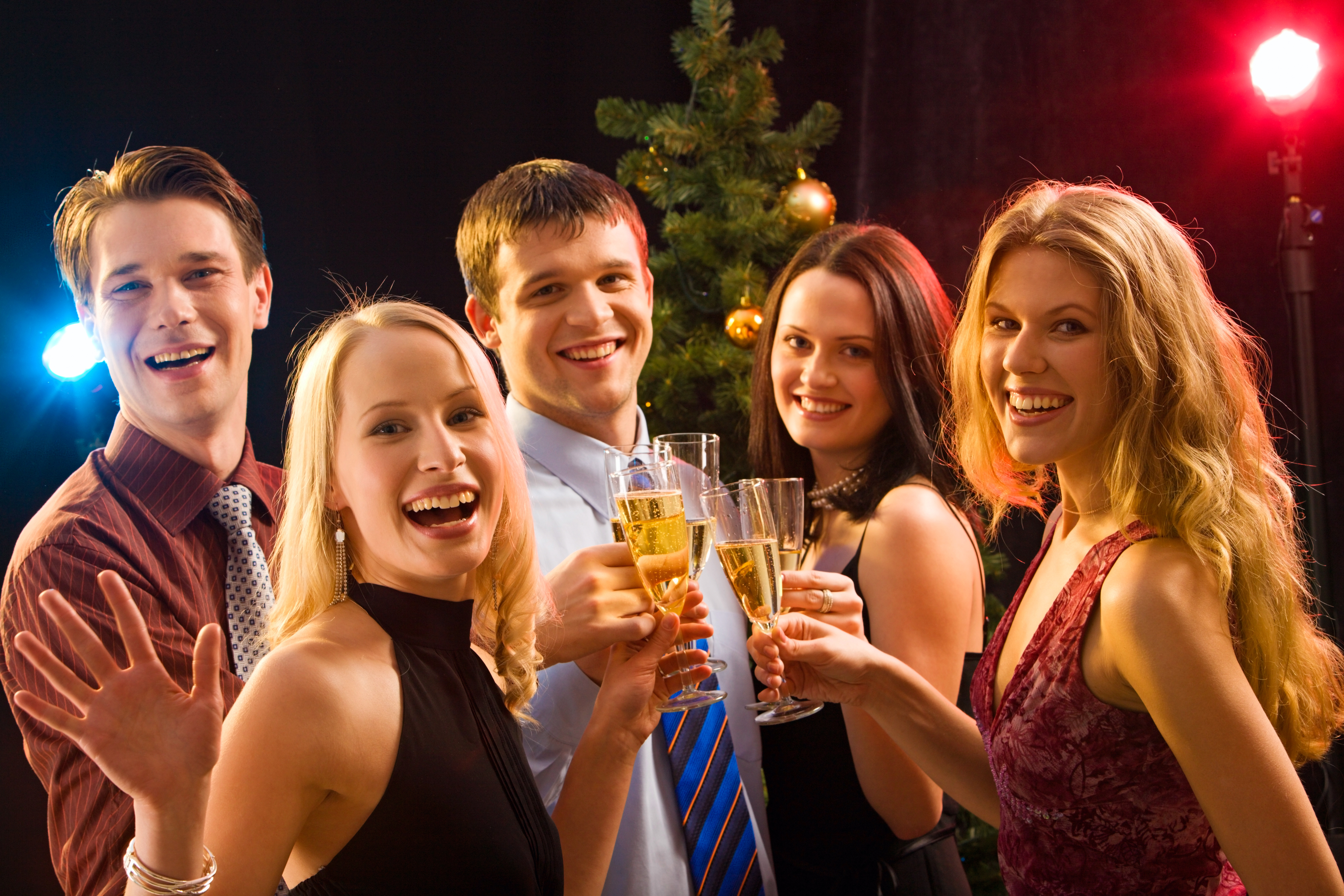 パーティーで乾杯をする若い男女