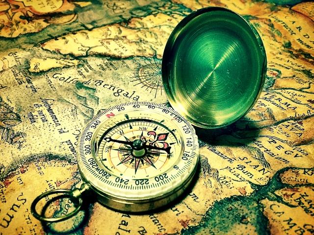 古地図と懐中時計の写真