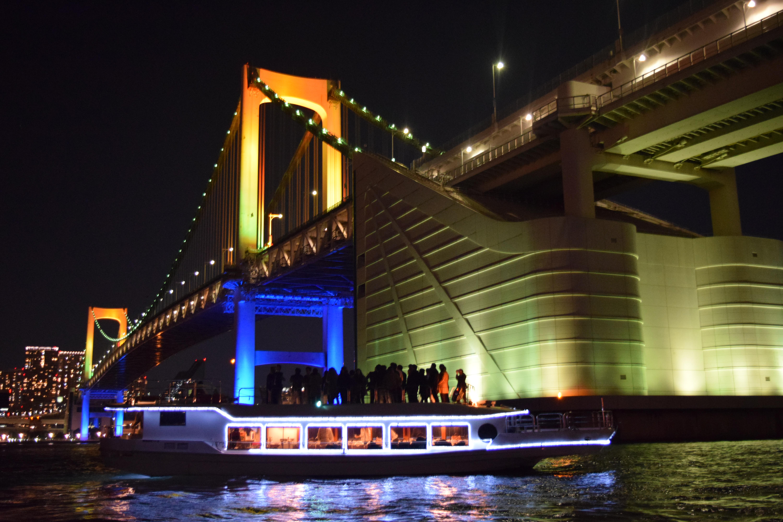 レインボーブリッジと洋風屋形船の夜景