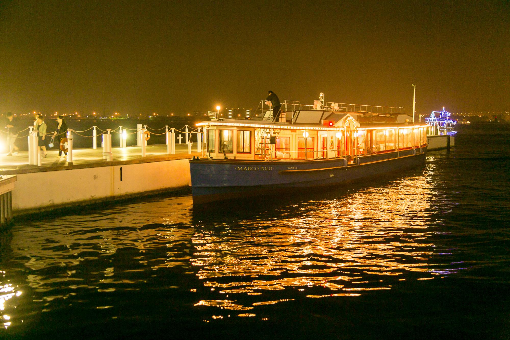 夜の海に浮かぶクルーザー