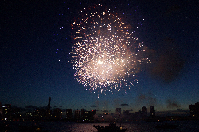 夜空に打ちあがる大きな花火