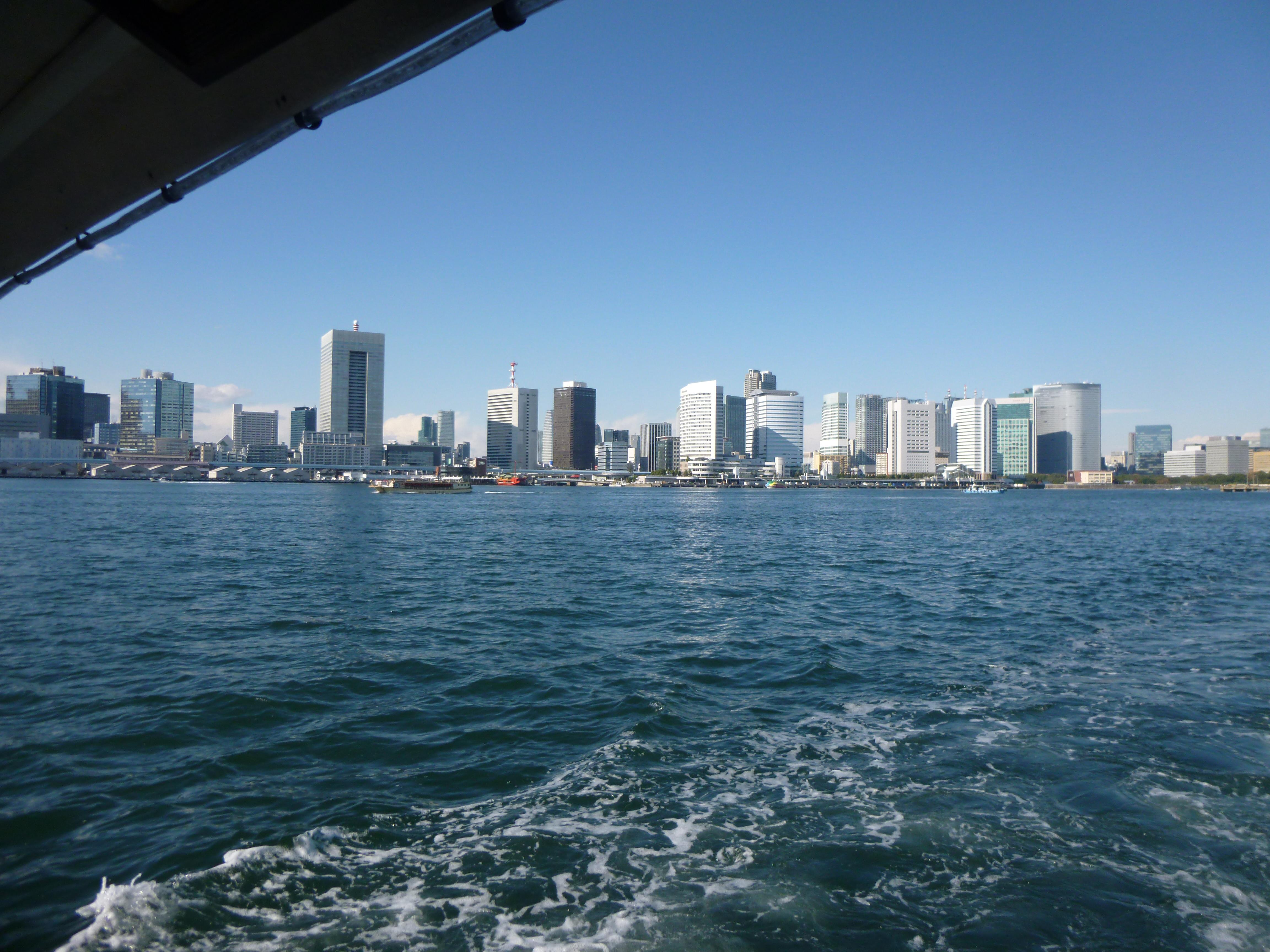 クルーザーから見える海と建物の景色