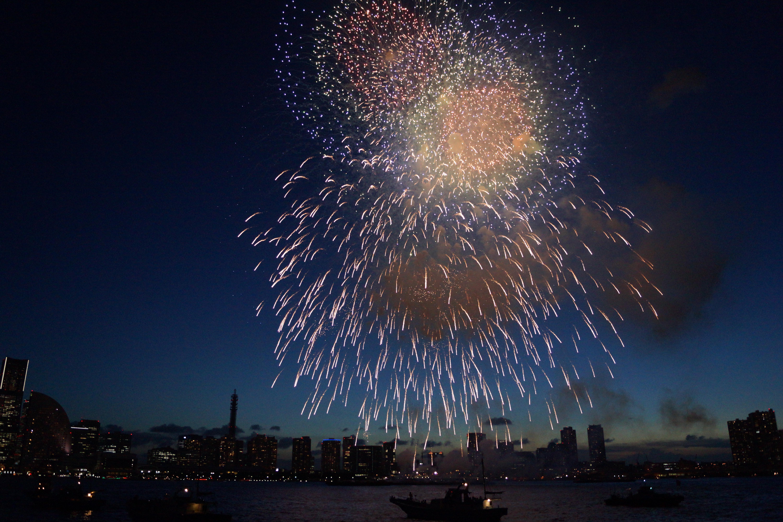 大きな花火が打ち上げられている様子