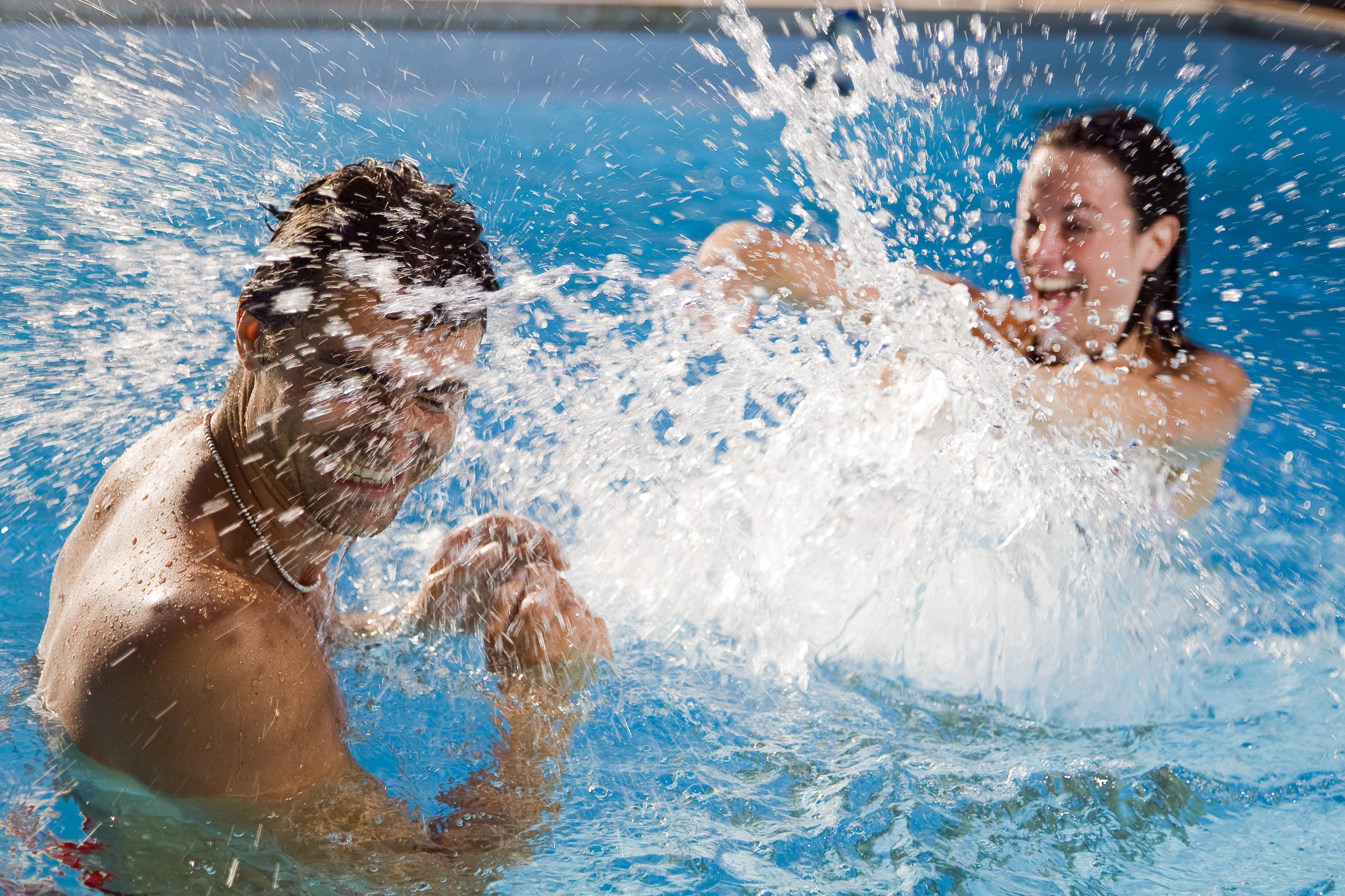 水遊びを楽しむカップル